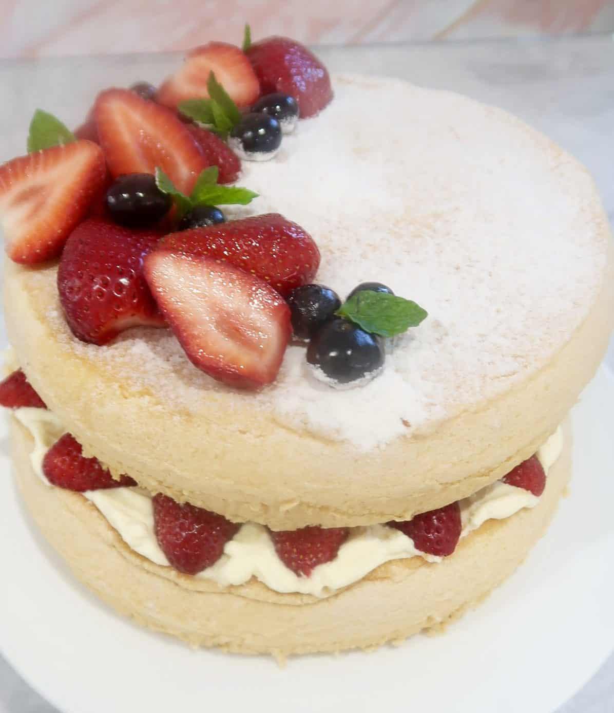 vanilla sponge cake with strawberries and cream